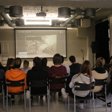 Promítání o historii budovy kulturního centra Moving Station